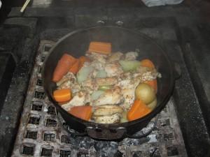 3夕食はダッチオーブンのローストチキン&野菜