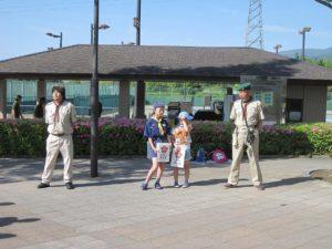 自衛隊の給食車の前で募金活動