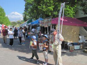 富士山をバックに募金活動